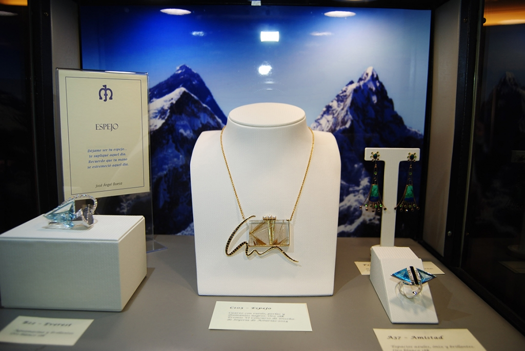 Jaime-Moreno-Art-In-Fine-Jewelry-Christmas-Presentation-at-the-Wellington-Hotel-Dec-2016-Showcase-Cabinet-(5)